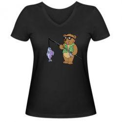 Женская футболка с V-образным вырезом Медведь ловит рыбу - FatLine