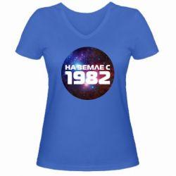 Женская футболка с V-образным вырезом На земле с 1982 - FatLine