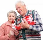 Що подарувати дідусеві та бабусі: оригінальні подарунки з принтами