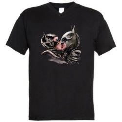 Мужская футболка  с V-образным вырезом Batman and Catwoman Kiss