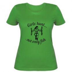 Женская футболка Девушки не только рыбачат, но и охотятся)