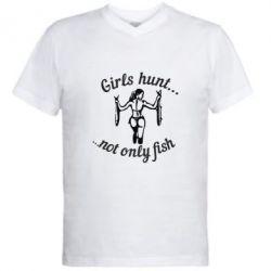 Мужская футболка  с V-образным вырезом Девушки не только рыбачат, но и охотятся)