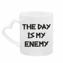 Кружка с ручкой в виде сердца The day is my enemy