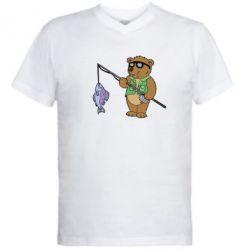 Мужская футболка  с V-образным вырезом Медведь ловит рыбу - FatLine